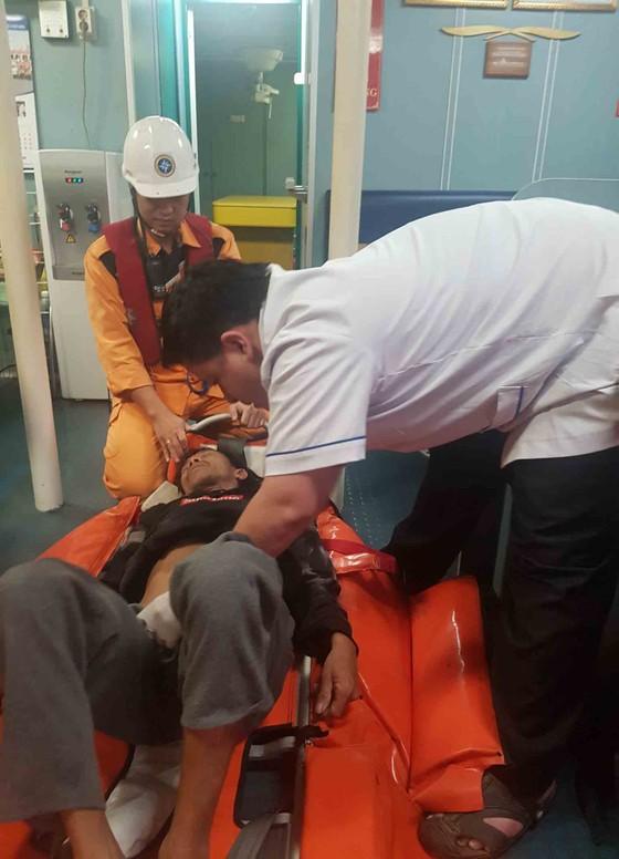 Ứng cứu thuyền trưởng bị bệnh khi đang hành nghề trên vùng biển Hoàng Sa  ảnh 2