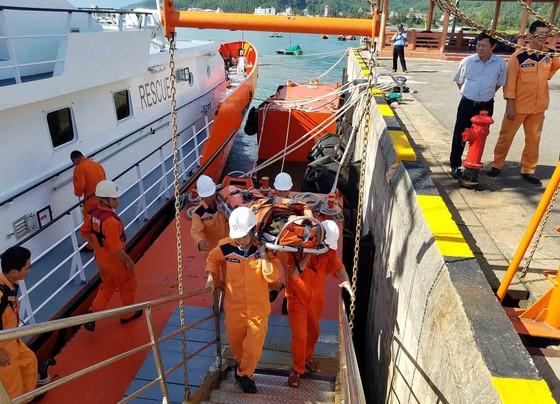 Ứng cứu thuyền trưởng bị bệnh khi đang hành nghề trên vùng biển Hoàng Sa  ảnh 3