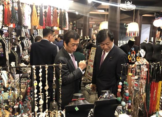 Tổng Thư ký đảng Dân chủ Tự do Nhật Bản thăm phố cổ Hội An ảnh 5
