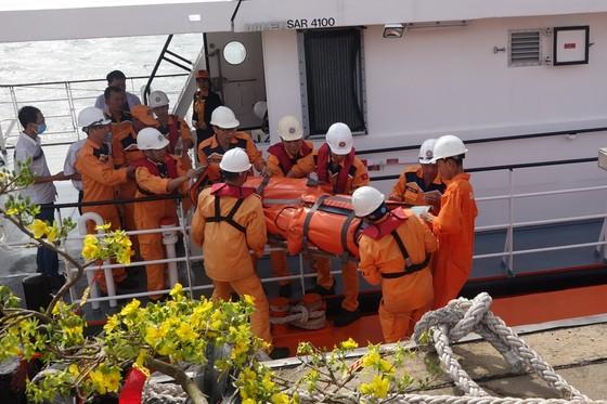 Ứng cứu thuyền viên nước ngoài đột quỵ trên biển ảnh 2