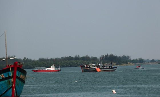 Tìm được 2 nạn nhân cuối cùng trong vụ lật ghe trên sông Thu Bồn ảnh 1