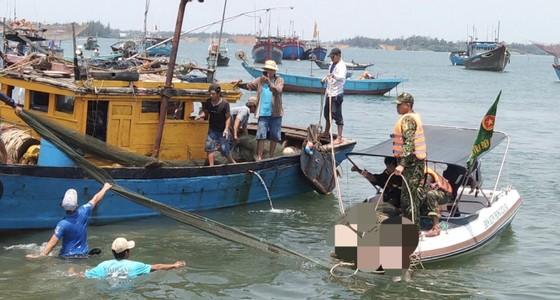 Tìm được 2 nạn nhân cuối cùng trong vụ lật ghe trên sông Thu Bồn ảnh 2