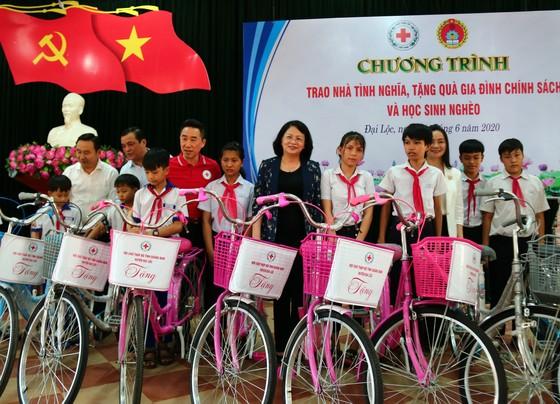 Phó Chủ tịch nước Đặng Thị Ngọc Thịnh thăm, tặng quà cho các em học sinh, hộ nghèo huyện Đại Lộc, Quảng Nam ảnh 2
