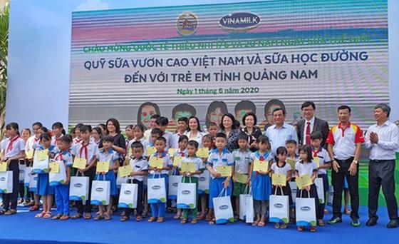 Hơn 33.000 trẻ em miền núi Quảng Nam được uống sữa tại trường ảnh 1