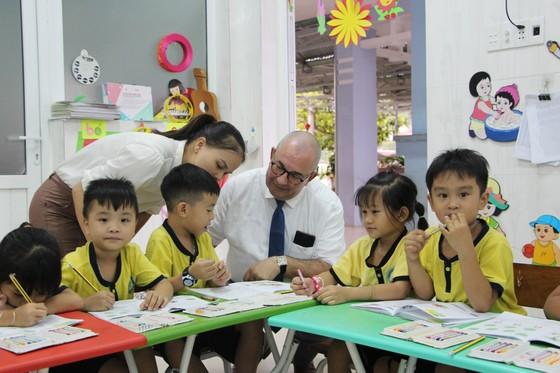6.200 trẻ mầm non được Đại sứ Bỉ tặng túi đồ dùng vệ sinh cá nhân ảnh 1