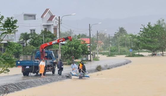 Quảng Nam: Giao thông bị chia cắt do lũ dâng cao ảnh 8