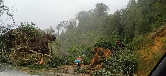Quảng Nam: Giao thông bị chia cắt do lũ dâng cao ảnh 11