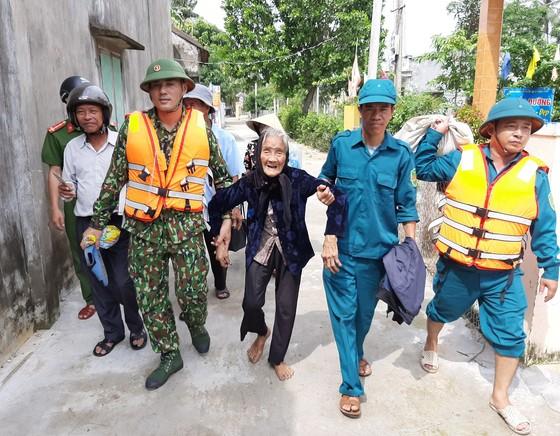 Phó Thủ tướng Trịnh Đình Dũng kiểm tra bờ biển Cửa Đại ảnh 5