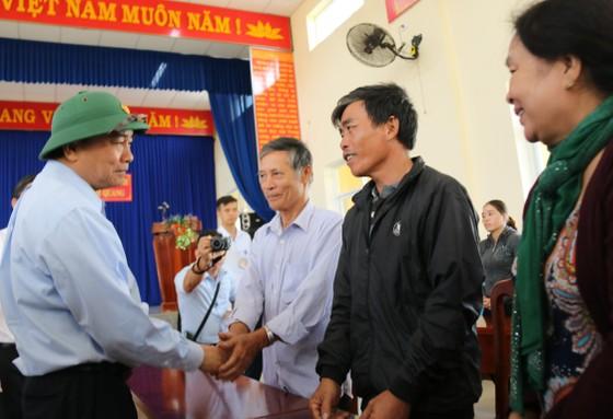 Thủ tướng Nguyễn Xuân Phúc thăm và tặng quà đồng bào Quảng Nam, Quảng Ngãi thiệt hại do bão số 9 ảnh 1
