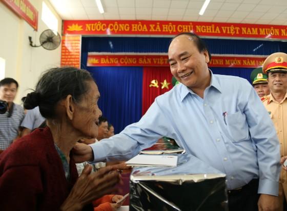 Thủ tướng Nguyễn Xuân Phúc thăm và tặng quà đồng bào Quảng Nam, Quảng Ngãi thiệt hại do bão số 9 ảnh 2