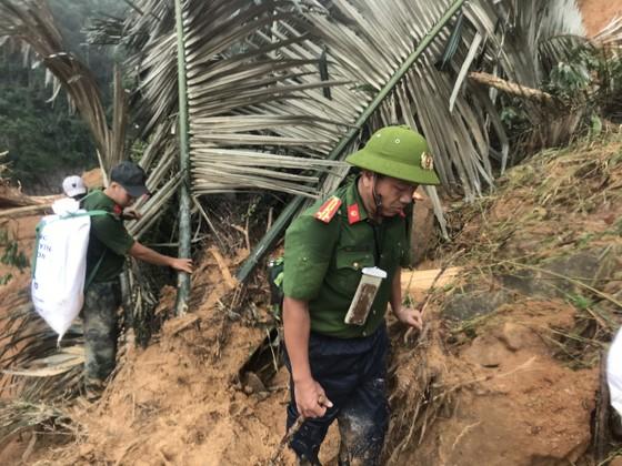 Tiếp tục cõng hàng và tìm kiếm người mất tích tại Phước Sơn ảnh 6