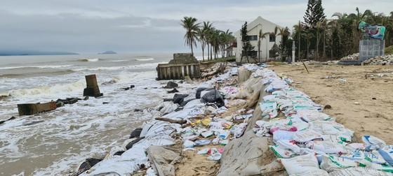 Sau bão số 13, bãi biển miền Trung bị sóng đánh tan tác ảnh 1