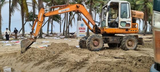 Sau bão số 13, bãi biển miền Trung bị sóng đánh tan tác ảnh 6