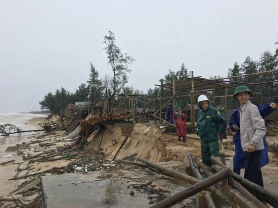 Sau bão số 13, bãi biển miền Trung bị sóng đánh tan tác ảnh 9