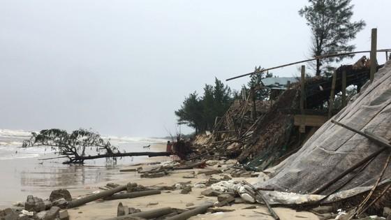 Sau bão số 13, bãi biển miền Trung bị sóng đánh tan tác ảnh 10