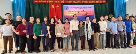 Tặng quà người dân Quảng Nam bị ảnh hưởng bão, lũ ảnh 1