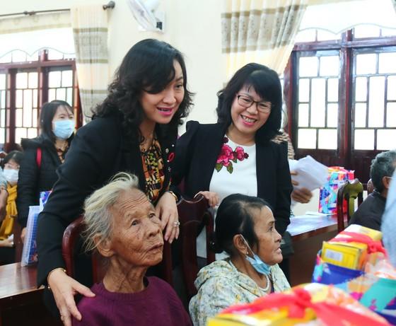 TPHCM trao quà chăm lo tết cho người dân Quảng Nam, Quảng Ngãi ảnh 1