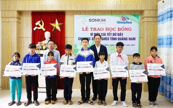 Trao 20 sổ tiết kiệm cho học sinh vùng sạt lở Quảng Nam ảnh 1