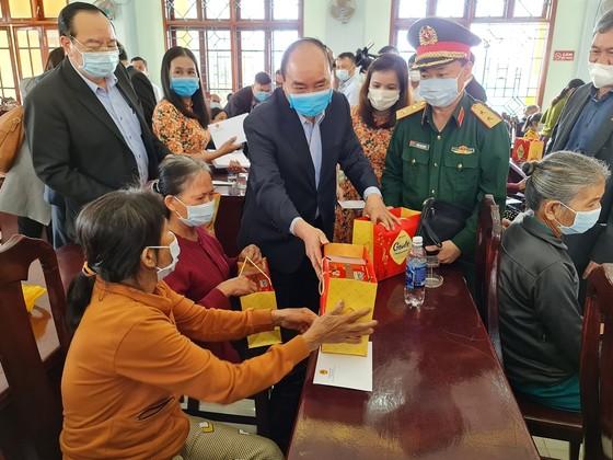 Thủ tướng Nguyễn Xuân Phúc thăm, tặng quà tết gia đình chính sách, hộ khó khăn tại Quảng Nam ảnh 3