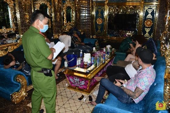 Bắt quả tang 22 nam nữ dương tính với ma túy ở cơ sở kinh doanh karaoke tại Tiền Giang ảnh 2