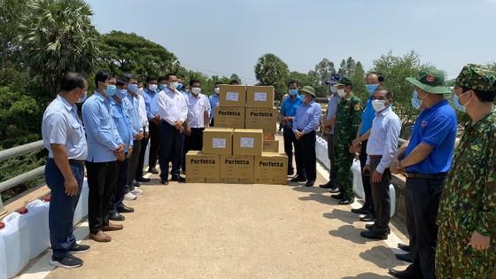 Long An: Tặng quà hỗ trợ phòng, chống dịch Covid-19 cho 2 tỉnh của Vương quốc Campuchia ảnh 2