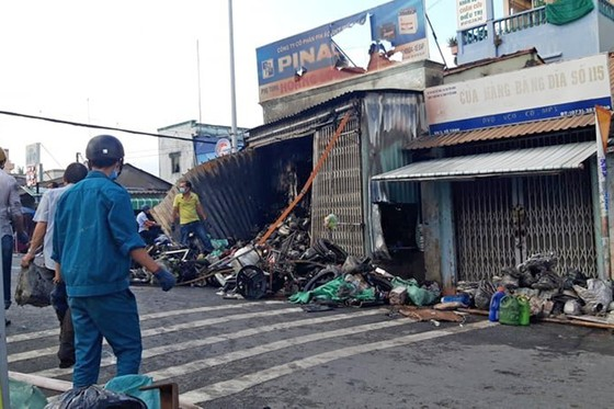 Cháy cửa hàng đồ phụ tùng xe máy gần chợ Vĩnh Bình ảnh 1