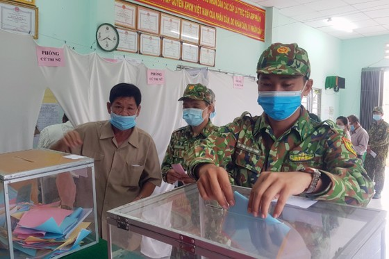 Bầu cử tại cột cờ Hà Nội tại Mũi Cà Mau - điểm cực Nam Tổ quốc  ảnh 3