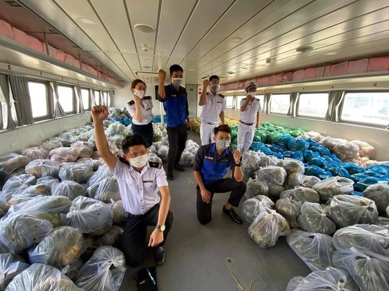 Tiền Giang hỗ trợ hàng chục tấn hàng hóa thiết yếu cho người dân TPHCM ảnh 3
