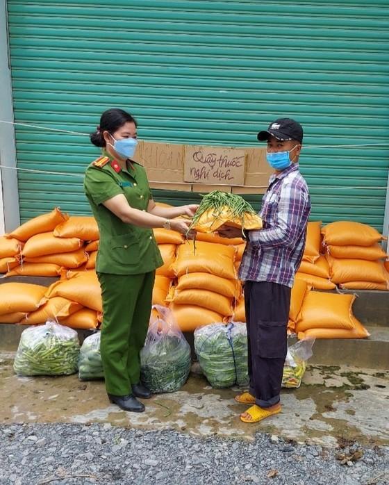 Công an huyện Đức Hòa hỗ trợ gần 35 tấn gạo và nhiều rau củ cho người lao động ảnh 3