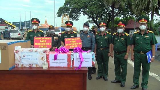 Bộ CHQS tỉnh Long An trao tặng gạo cho các đơn vị quân đội Campuchia ảnh 1