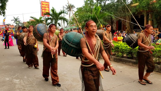 Lễ hội cầu ngư và xuất quân đánh cá tại làng biển Cảnh Dương ảnh 7