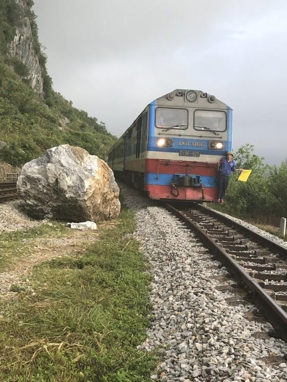Quảng Bình: Ga Lạc Sơn tê liệt, đường ray hư hỏng vì sạt lở núi đá vôi ảnh 2