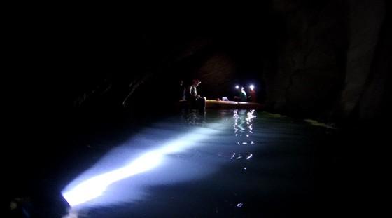Nghẹt thở quang cảnh lặn sông ngầm bên dưới Sơn Đoòng ảnh 17