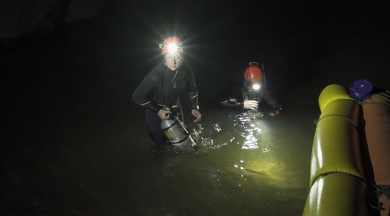 Nghẹt thở quang cảnh lặn sông ngầm bên dưới Sơn Đoòng ảnh 18