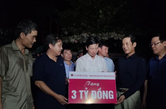 Phó Thủ tướng Vương Đình Huệ thăm, tặng quà người dân vùng lũ Quảng Bình ảnh 2