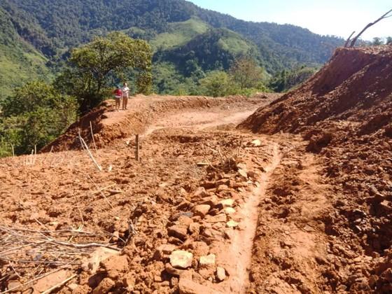 Quảng Bình: Sạt lở hơn 100.000m3 đất gây ách tắc đường ra biên giới ảnh 1