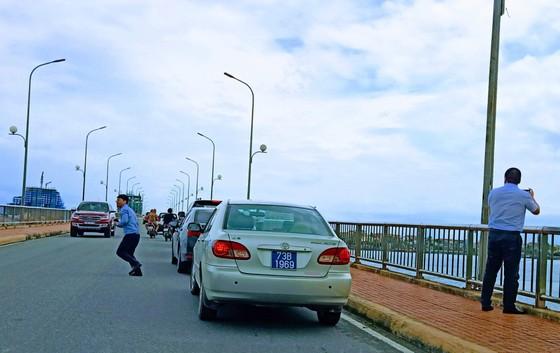 4 tài xế bị phạt nguội khi dừng đỗ trên cầu Nhật Lệ 1 ảnh 1