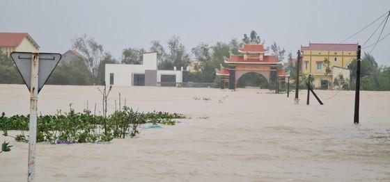 Lũ chồng lũ, hàng ngàn nhà dân ở Quảng Bình chìm trong biển nước ảnh 1