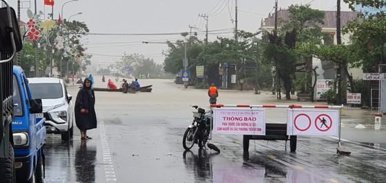 Lũ chồng lũ, hàng ngàn nhà dân ở Quảng Bình chìm trong biển nước ảnh 2
