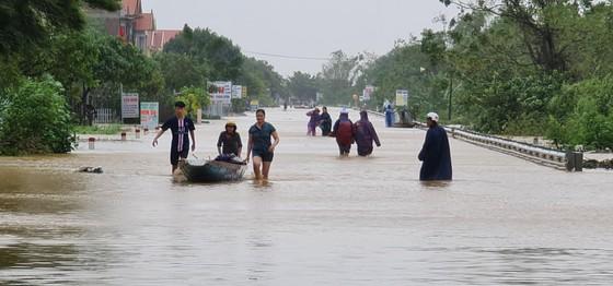 Lũ chồng lũ, hàng ngàn nhà dân ở Quảng Bình chìm trong biển nước ảnh 3