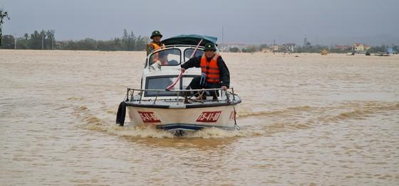 Lũ chồng lũ, hàng ngàn nhà dân ở Quảng Bình chìm trong biển nước ảnh 4