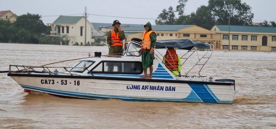 Lũ chồng lũ, hàng ngàn nhà dân ở Quảng Bình chìm trong biển nước ảnh 5