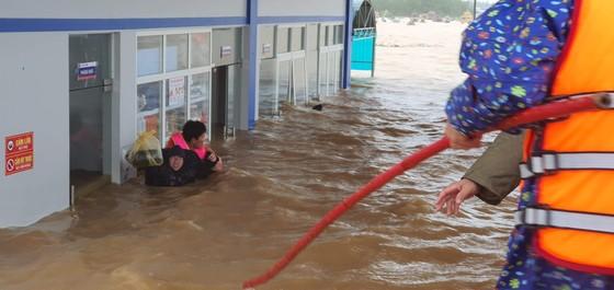 Lũ chồng lũ, hàng ngàn nhà dân ở Quảng Bình chìm trong biển nước ảnh 9