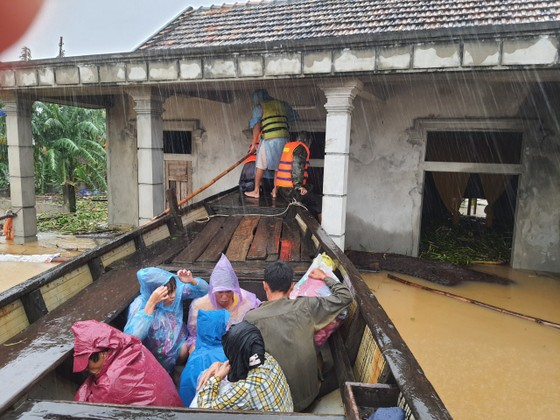 Quảng Bình: Giải cứu 20 người trong xe khách bị lũ cuốn trôi, 100.000 ngôi nhà ngập sâu ảnh 12