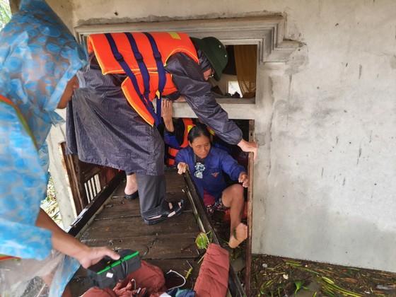 Quảng Bình: Giải cứu 20 người trong xe khách bị lũ cuốn trôi, 100.000 ngôi nhà ngập sâu ảnh 10