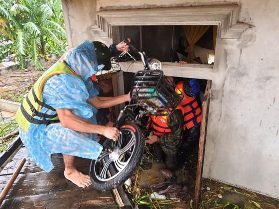 Quảng Bình: Giải cứu 20 người trong xe khách bị lũ cuốn trôi, 100.000 ngôi nhà ngập sâu ảnh 9