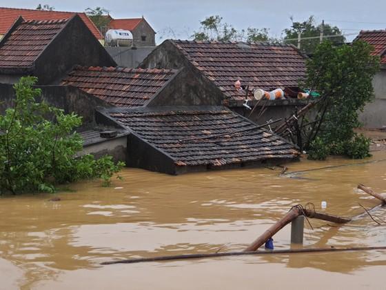 Quảng Bình: Giải cứu 20 người trong xe khách bị lũ cuốn trôi, 100.000 ngôi nhà ngập sâu ảnh 7