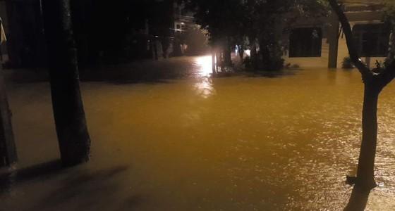 Quảng Bình: Giải cứu 20 người trong xe khách bị lũ cuốn trôi, 100.000 ngôi nhà ngập sâu ảnh 2