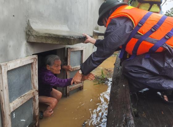 Quảng Bình: Giải cứu 20 người trong xe khách bị lũ cuốn trôi, 100.000 ngôi nhà ngập sâu ảnh 5