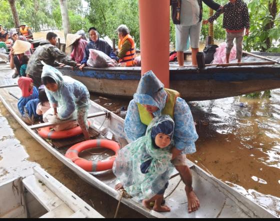 Quảng Bình: Giải cứu 20 người trong xe khách bị lũ cuốn trôi, 100.000 ngôi nhà ngập sâu ảnh 6